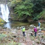 ハイカーらが自然美を満喫 背戸峨廊・とっかけの滝「小川」